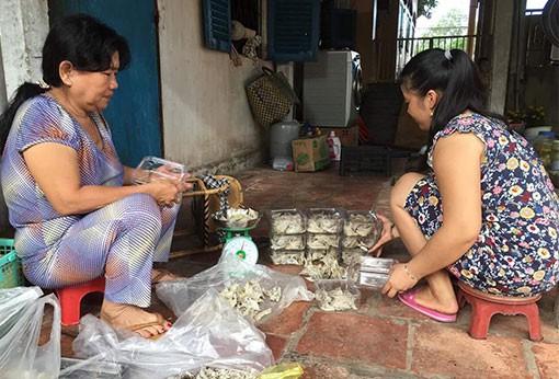 Bà Vũ Thị Tuất (bên trái), thực hiện mô hình nuôi chim yến gắn với thu mua mủ cao su, chăn nuôi bò sữa. Ảnh: Báo Bình Dương